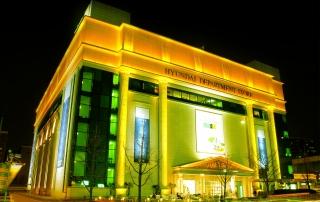 Department_store_in_korea_-_Hyundai_department_store_night_view_in_Apgujung_(현대백화점_압구정본점_야경)